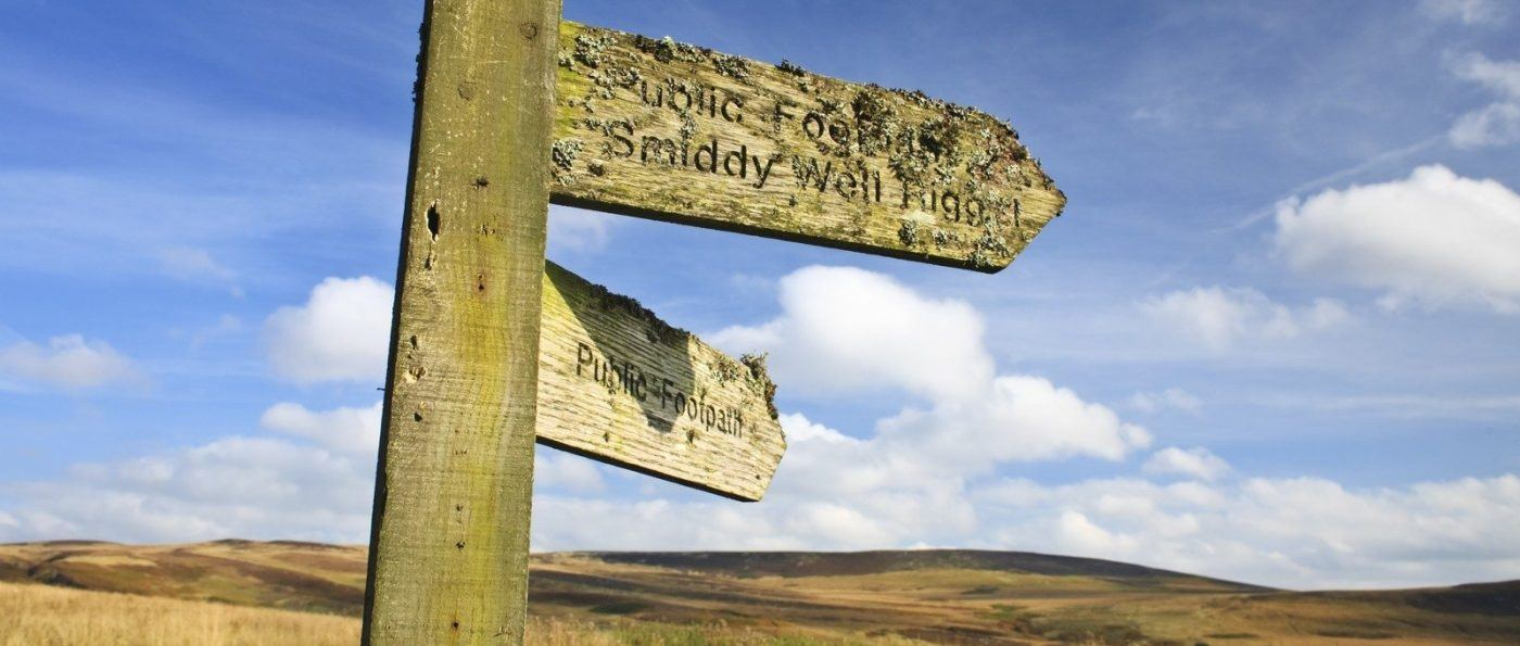 Signpost for Smiddy Well Rig, pointing across moorland in the Northumberland National Park,